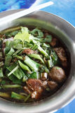 De soep van rundvleesnoedels met de bal van het vleesrundvlees royalty-vrije stock afbeelding