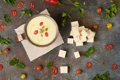 De soep van de selderiewortel in koperkop op donkere achtergrond stock foto's