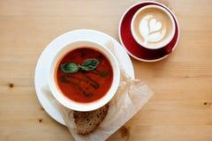 De soep van de tomaat met basilicum en brood Royalty-vrije Stock Fotografie