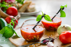 De soep van tomatengazpacho in twee glaskoppen Royalty-vrije Stock Afbeeldingen