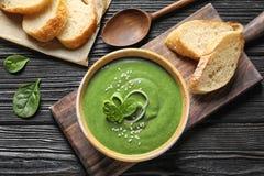 De soep van verse die groentedetox van spinazie wordt gemaakt op lijst wordt gediend stock fotografie