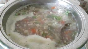 De soep wordt gebrouwen in een steelpan stock video