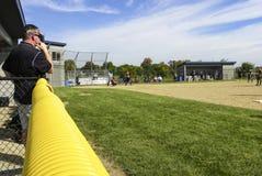 De softballbus kijkt uit op gebied Royalty-vrije Stock Foto