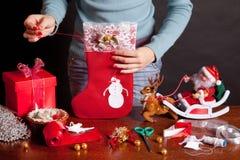 De sok van Kerstmis, die voor Kerstmis voorbereidingen treft Royalty-vrije Stock Afbeeldingen