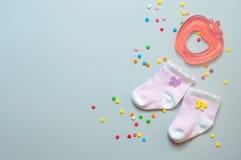 De sokken en teether het stuk speelgoed van het babymeisje Stock Foto