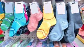 De sokken van kinderen in een opslag Royalty-vrije Stock Afbeelding