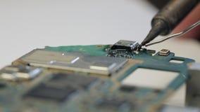 De solderende microchips van de elektronikareparatie en kringsraad stock footage