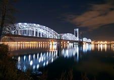 De soort van de nacht op de brug door de rivier Stock Afbeeldingen