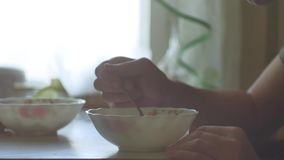 De soupe dîner en gros plan chaud mangeur d'hommes de dîner à l'intérieur il y a de fumée de la nourriture savoureuse de mode de  banque de vidéos