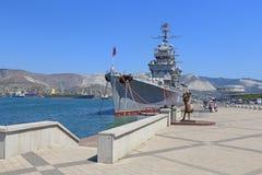 De Sovjetkruiser in haven stock foto