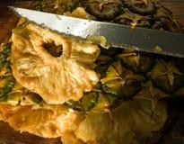 De spaanders en het mes van de ananas Stock Afbeelding