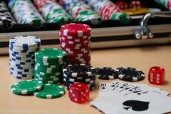 De spaanders van de casinopook, dobbelen en kaarten stock foto's