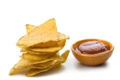 De spaanders van de maïs en geïsoleerde salsasaus Stock Afbeelding