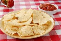 De spaanders van de tortilla met salsa stock fotografie