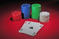 De spaanders van het casino met twee azen Stock Afbeelding