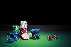 De spaanders van het casino op een donkere achtergrond Royalty-vrije Stock Foto's