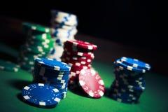 De spaanders van het casino op een donkere achtergrond Royalty-vrije Stock Fotografie