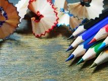 De spaanders van kleurenpotloden op houten lijst Royalty-vrije Stock Fotografie