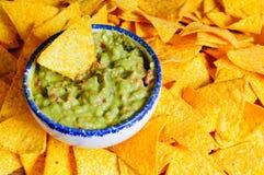 De spaanders van Nacho en guacamole Stock Afbeelding
