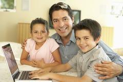 De Spaanse Computer van Vaderand children using thuis Royalty-vrije Stock Fotografie