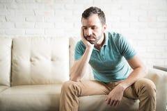 De Spaanse mens gedeprimeerd na verdeelt stock foto's