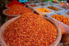 De Spaanse peper schilfert peper af die bij Shangri-de natte markt van La worden verkocht stock foto's