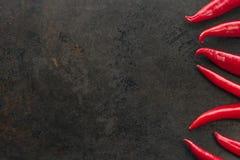 De Spaanse peperspeper van cayennepeper op roestige metaalachtergrond Royalty-vrije Stock Afbeeldingen