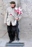 De Spaanse rode rozen van de mensenverkoop in Madrid Spanje Stock Afbeelding