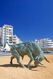 De Spaanse Stier van het Gietijzer in centrum van Rotonde Stock Afbeeldingen