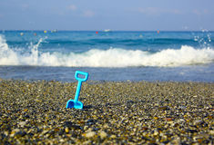 De spade van het stuk speelgoed op het strand Stock Fotografie