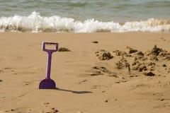 De spade van jonge geitjes op het overzeese strand Stock Fotografie