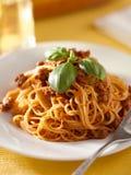 De spaghetti met basilicum versiert in vleessaus Stock Afbeeldingen