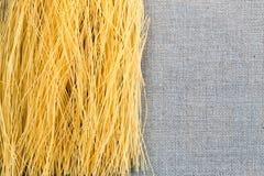 De spaghetti van Bavettedeegwaren op een jutedoek met een donkere achtergrond Stock Fotografie