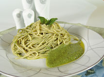 De spaghetti van Pesto Stock Afbeeldingen