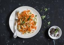 De spaghetti van pompoennoedels Smakelijk vegetarisch voedsel Op een donkere achtergrond Stock Foto's