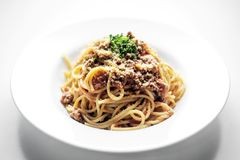 De spaghettideegwaren bolognaise met rundvlees en tomatenparmezaanse kaassaus Stock Foto's