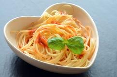 De spaghettideegwaren met tomatensaus en versieren Royalty-vrije Stock Afbeelding