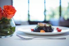 De spaghettischotel van de pijlinktvisinkt met basilicum met bloemen Stock Afbeelding