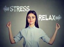 De spanning of ontspant Het jonge vrouw mediteren stock afbeeldingen