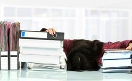 De spanning van de vrouw in het bureau Stock Foto