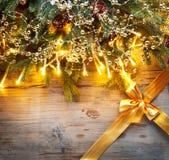 De spar van de Kerstmisvakantie met decoratie op houten achtergrond Stock Afbeeldingen