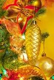 De spar van Kerstmis met kleurrijke lichten sluit omhoog royalty-vrije stock fotografie