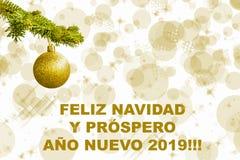 De sparrentak met gouden schittert bal op witte achtergrond Bokehgevolgen christmastime De prentbriefkaar van Kerstmis Feliz Navu royalty-vrije illustratie