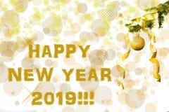 De sparrentak met gouden schittert bal op witte achtergrond Bokehgevolgen christmastime De prentbriefkaar van Kerstmis Nieuw jaar royalty-vrije stock fotografie