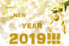 De sparrentak met gouden schittert bal op witte achtergrond Bokehgevolgen christmastime De prentbriefkaar van Kerstmis Nieuw jaar royalty-vrije stock foto