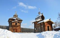 De Spasskaya-Verlosser` s toren van de gebouwde stad van Ilimsk Stockaded, 1667 jaar en de Kerk van de Ilimsk-vesting, 1679 gebou Royalty-vrije Stock Afbeelding