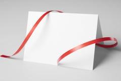 De spatie dankt u of groetkaart met rood lint Stock Afbeeldingen