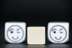 De spatie dobbelt met emoticon dobbelt (gelukkig, knipperend) op achtergrond Stock Foto's