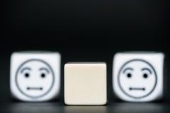 De spatie dobbelt met emoticon dobbelt (verward) op achtergrond Stock Afbeeldingen
