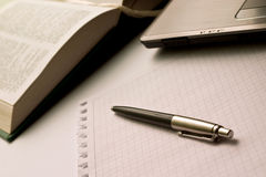 De spatie scheurde stuk van document met pen, laptop en boek in afstand Royalty-vrije Stock Afbeelding
